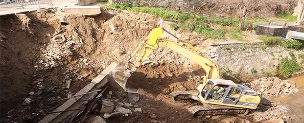 Büyükşehir Belediyesi Tabakhane Deresi'ndeki çöken duvarın yapımına başladı